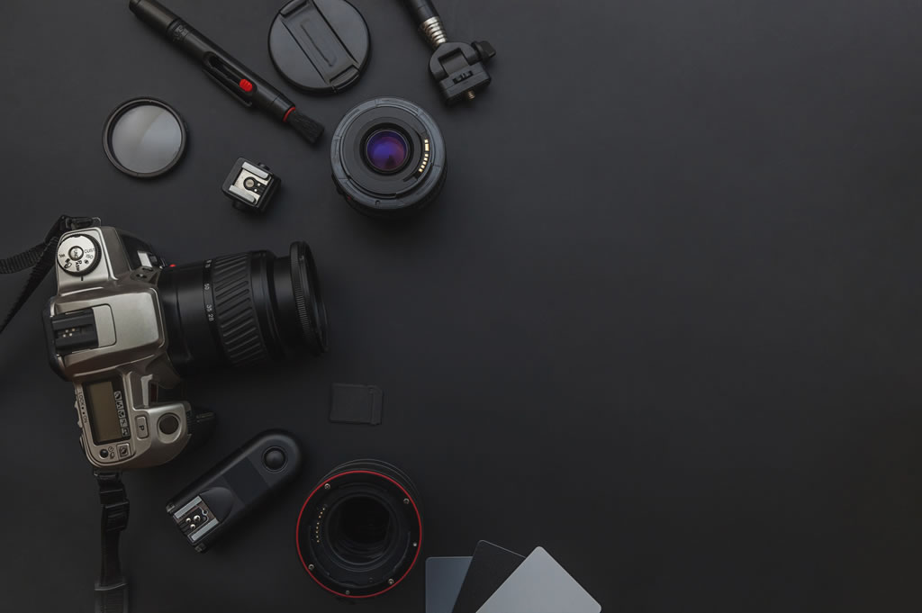 mirrorless vs dslr camera with accessories
